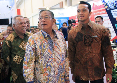 GM of PT. Debindo ITE guided Indonesian Coordinating Minister of Economic Affairs and Minister of Public Works and People's Housing to look at several special design booths